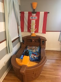 Kids pirate ship bed, bedding and mattress. Meriden, 06450