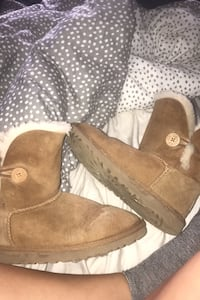 Uggs Burlington, L7T 1N8