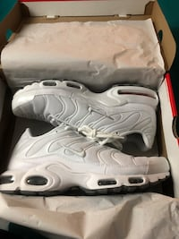 pair of white Nike Air Max shoes with box 540 km