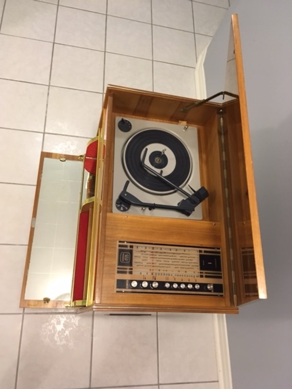 Vintage 1960's Record player and radio - working great 4347b6e3-12e0-4e0d-baf9-f398a5533b69