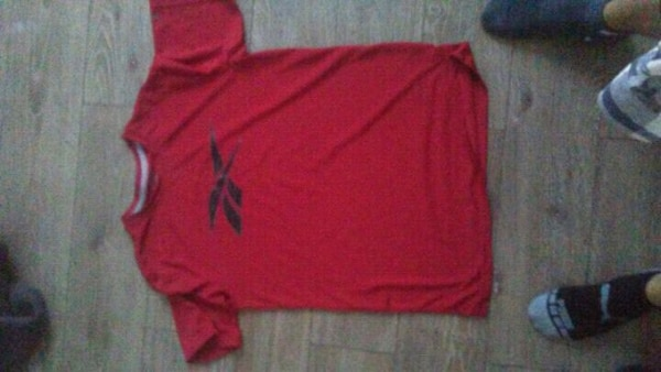 red crew-neck shirt