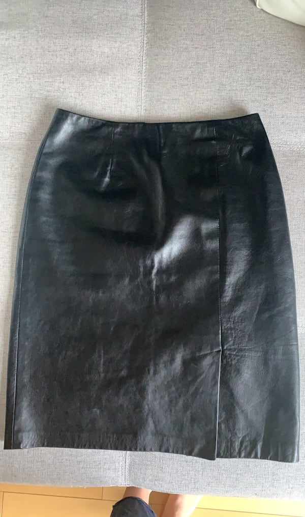 Danier Real Leather Skirt size 6 96c00054-bc4d-4c2e-9968-7f6a55abeb9a
