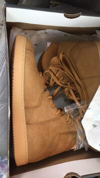 pair of brown leather boots in box Kirkland, 98033