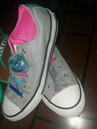 Size 3 converse tennis shoes in good condition  Missouri City, 77489