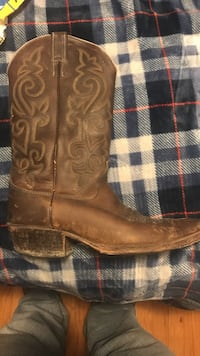 Justin size 9 1/2 cowboy boots great condition. Manchester township, 17406