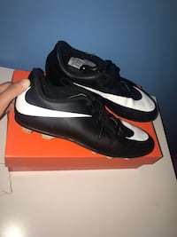 Nike outdoor soccer shoes (size 5) Mississauga, L5M 7G4