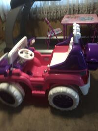 Electric 12V Ride on Jeep Girls Like Brand New with Battery and Charger