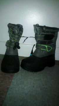 pair of black-and-green duck boots Waterloo, N2T 2N1