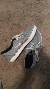 pair of gray-and-black Nike low-top sneakers Franklin, 37069