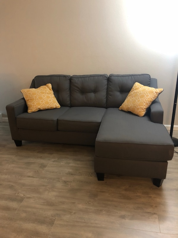 Gray Couch With Reversible Chaise Lounges And Sofa Bed Usado En