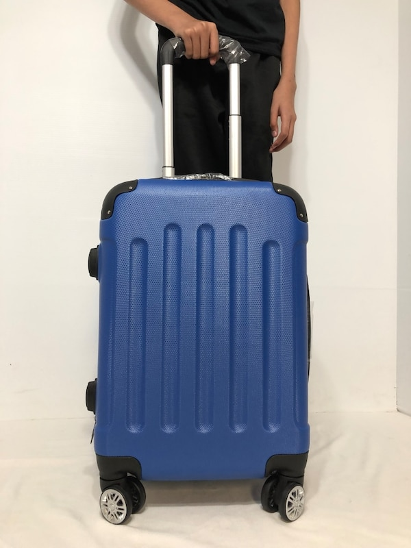 CARRY-ON LIGHTWEIGHT SPINNER LUGGAGE
