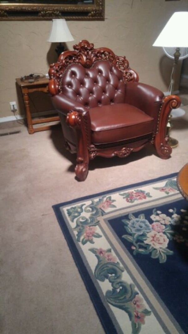 Excellent!!! Almost New!  Living Room Chair. b7b23895-f54d-404d-95ef-8893809a38e9