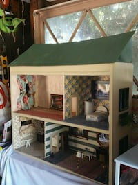 Traditiona-style dollhouse - Furniture Included Los Angeles, 91405