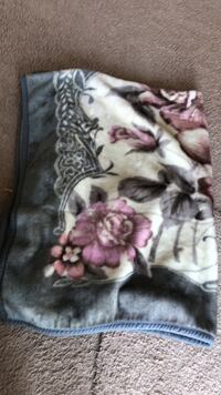 Very clean, fluffy, Beautiful and comfortable double sided blanket. Queen-size Norfolk, 23523