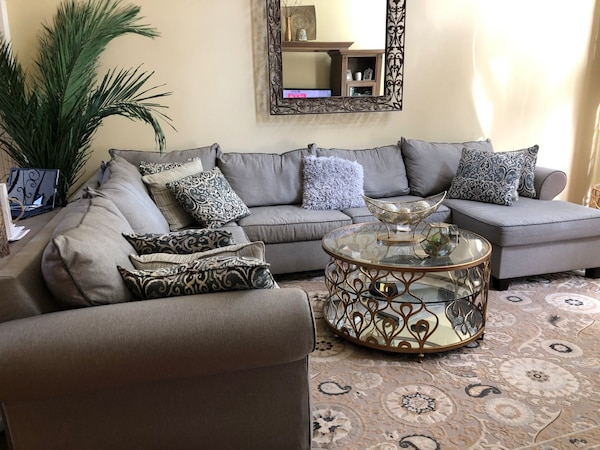 Sectional couch de1518ca-c650-4847-9013-e6f760f73883