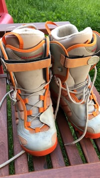 gray-and-orange Salomon leather snowboard boots Vancouver, V5W 2B1