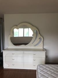 King size bed set Nd dressers for quick sale,it's a bright white set like brand new .pick up from Markham Brampton, L6W 1X9