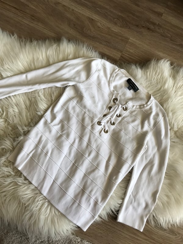 White sweater small 0ad233fe-b80d-42f6-9a11-be60c50d4105