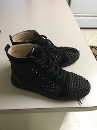 pair of black Nike basketball shoes
