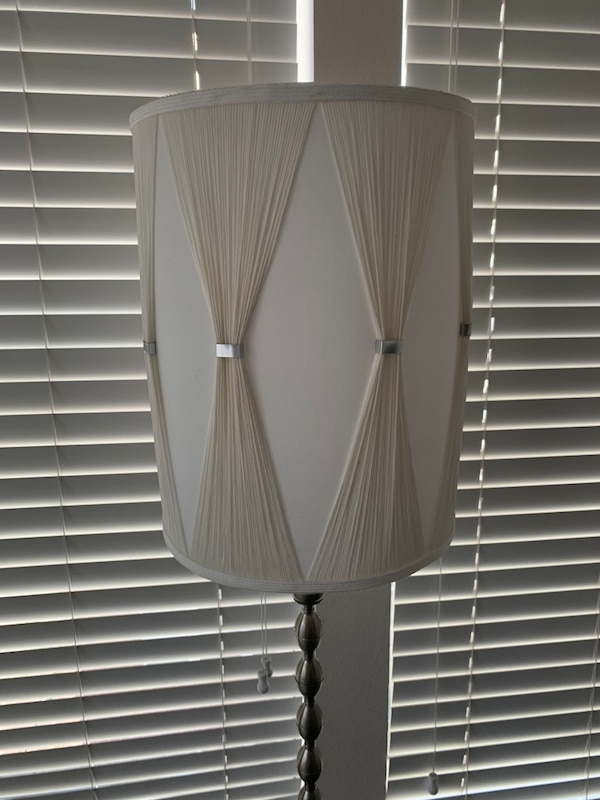 Floor lamp 97c343ae-c072-4c42-bb54-256692749acc