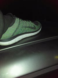 unpaired green and white Nike low-top sneaker Modesto, 95350
