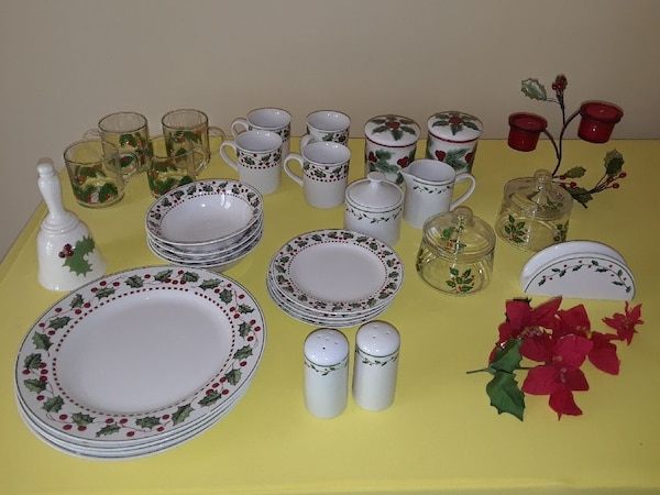 Used Christmas Tableware Set 31 Pieces For Sale In Cleveland Letgo