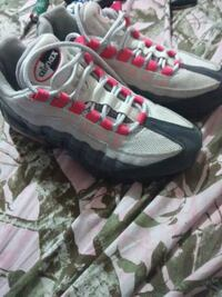unpaired black and gray Nike Air Max shoe 47 km