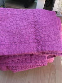 Queen size fushia coverlet  null