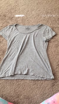 gray scoop-neck t-shirt(S/M)  Dover township, 17315