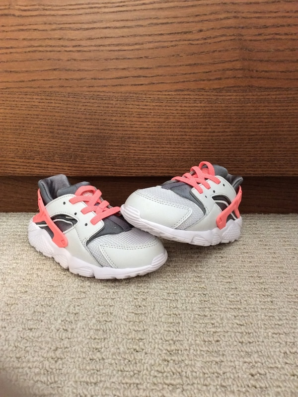 87aa3bc55bae Used New toddler girls pink-white-and-grey nike air huarache size 9 ...