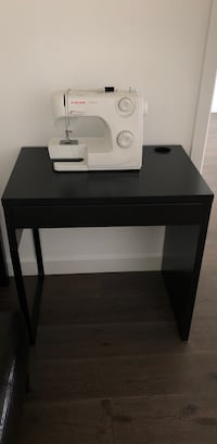 Singer Sewing machine with table Vancouver, V6C 3R1