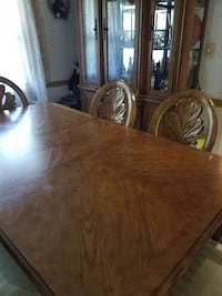 Dining room table with chairs good condition Summit