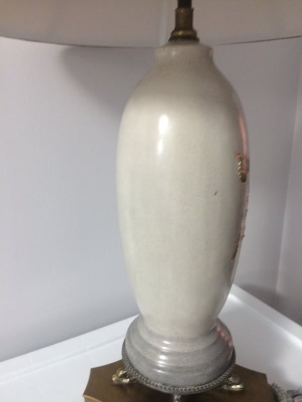 White and brown table lamp 4fac302e-5b91-484c-957d-08dd7278f446