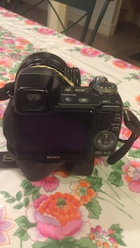 Black sony dslr camera pick up only at location  Vaughan, L4L 6P5