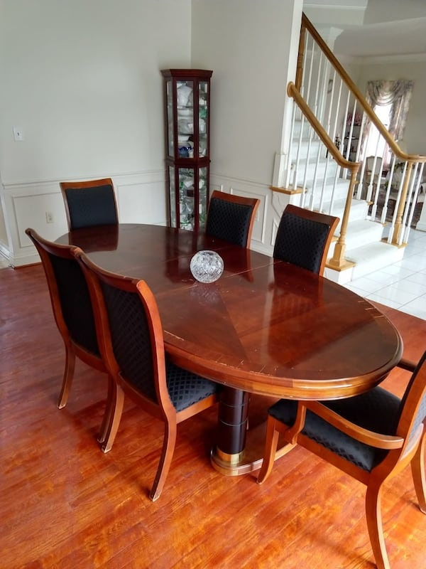 Dining Table with 8 chairs 978daa48-cd51-4895-87fd-2cf84fba961f