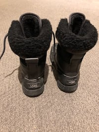 Pair of black-and-gray duck boots 553 km