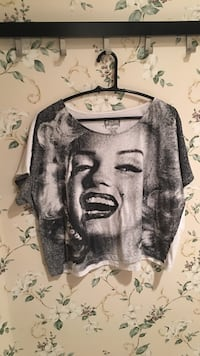 gray and white Marilyn Monroe print scoop-neck crop top