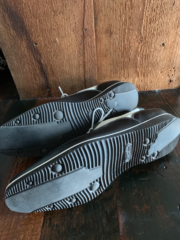 Pair of black-and-white low top sneakers 2aeb2555-64fd-4d3c-9b0a-7f1dc1b3f2fb