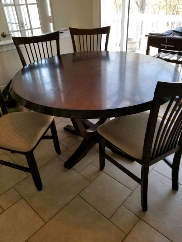 table and 6 chairs 1753c8d8-015c-426d-b77a-e1d9fc1d274b