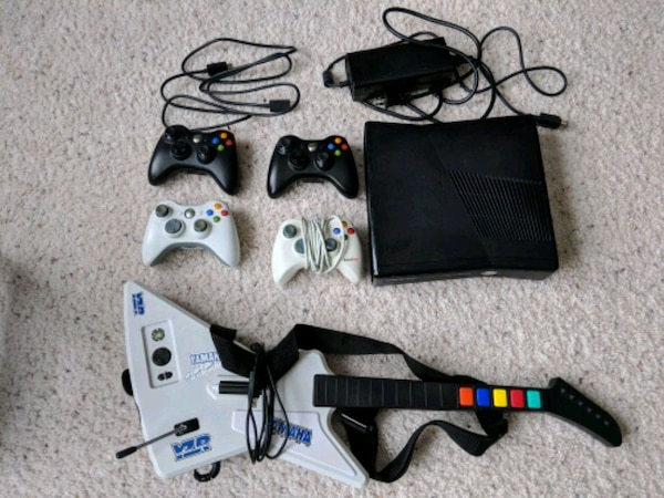 Xbox 360 Slim 250GB w/ 4 Controllers and Games