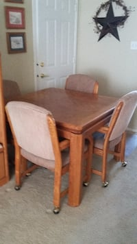 Solid oak dining room table set in excellent condition null