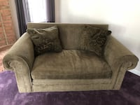 loveseat with throw pillows Monrovia, 21770