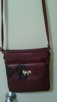 Cross Body Leather Purse in Excellent Condition Guelph, N1G 4S7