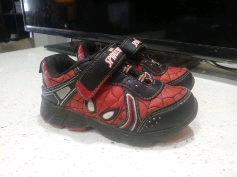spiderman toddler light up shoes size 9 11f43dce-a838-4109-a11e-753f83eda798