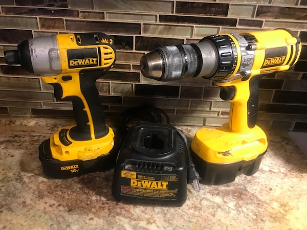 DeWalt drill set with charger two batteries 6a579f0a-08a9-40f9-a370-7708b418ea54