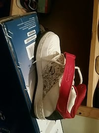 pair of white-and-red Nike basketball shoes Creston, 50801