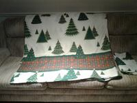 Christmas queen-sized duvet with matching shams.. GEORGETOWN