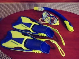 Snorkling kids set in excellent condition size small.
