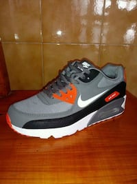 unpaired gray and black Nike Air Max shoe Mountain View, 94043