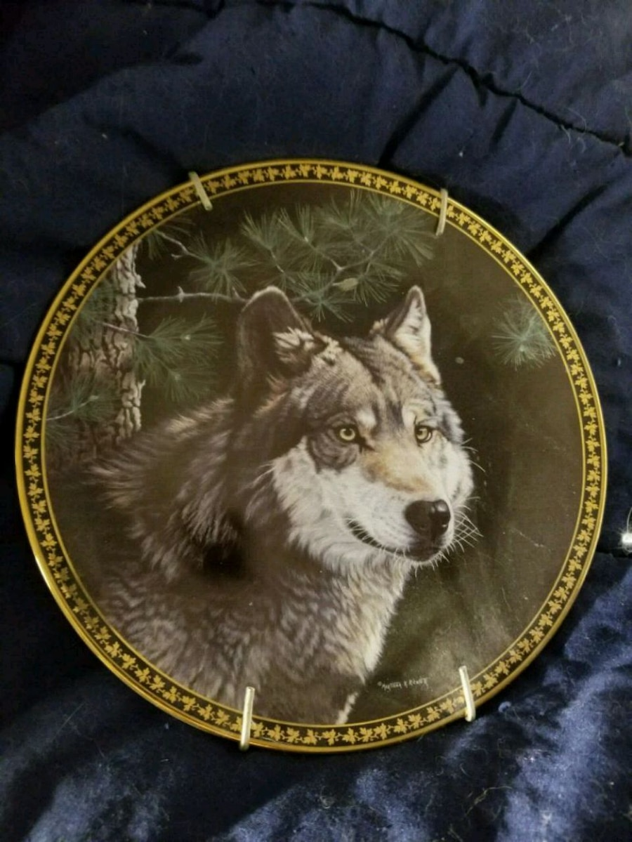 Photo Round white and brown wolf decorative plate